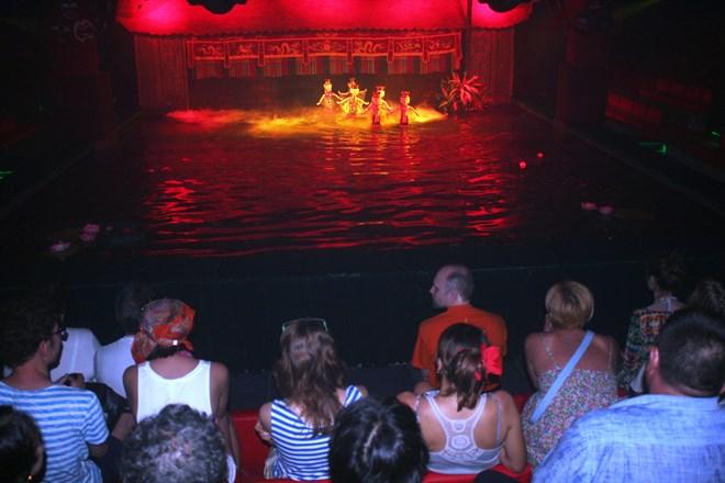 Sân khấu múa rối nước ấn tượng tại phố biển Nha Trang
