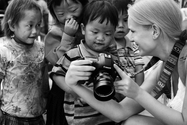 Khoảnh khắc đáng yêu của nữ du khách nước ngoài và những em bé Việt Nam