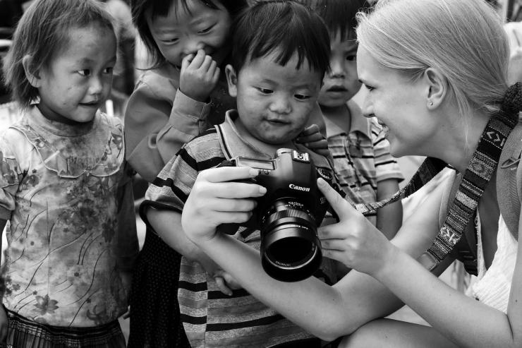 Những em bé vùng cao quây quần vui vẻ bên khách nước ngoài
