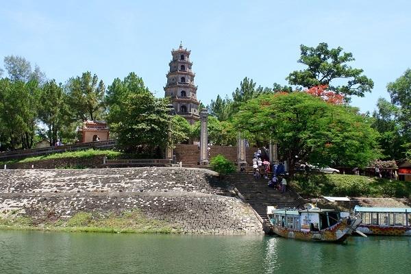 Ngôi chùa Thiên Mụ thu hút nhiều du khách