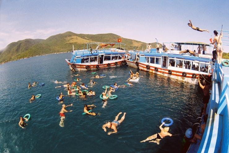 Giải trí cùng Bar nổi và tắm biển trong tour 4 đảo