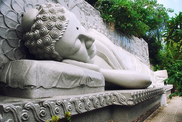 Tượng Phật nhập niết bàn trong chùa Long Sơn Nha Trang