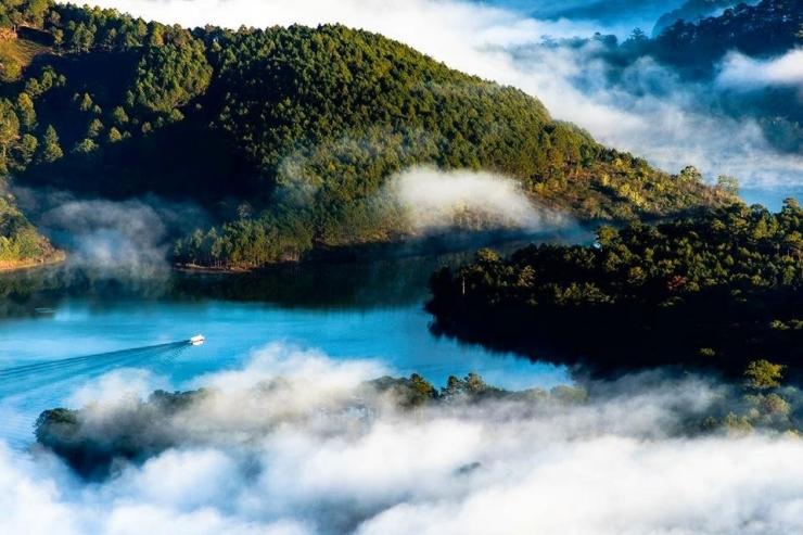 Khung cảnh Hồ Tuyền Lâm huyền ảo trong sương mù