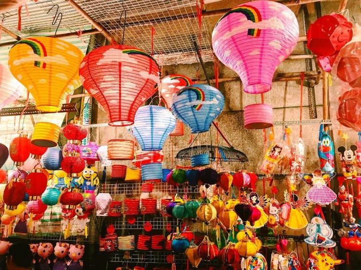 Lồng đèn với đủ hình dáng, màu sắc được treo trong phố Lương Nhữ Học