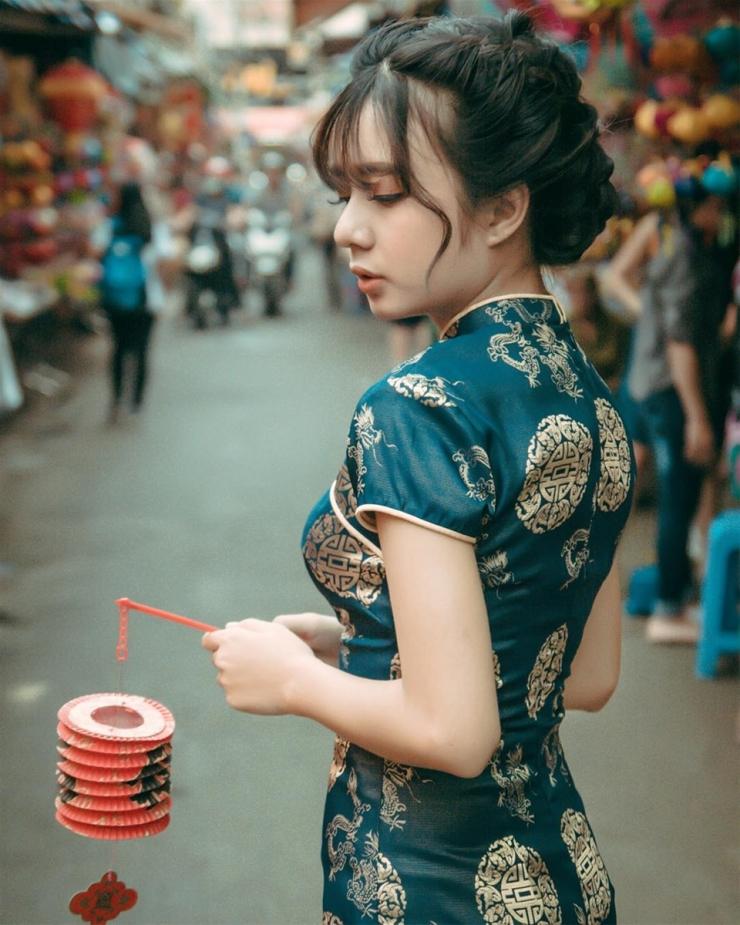 Chụp hình ở phố lồng đèn Lương Nhữ Học Quận 5 - địa điểm đi chơi Trung thu lí tưởng ở Sài Gòn