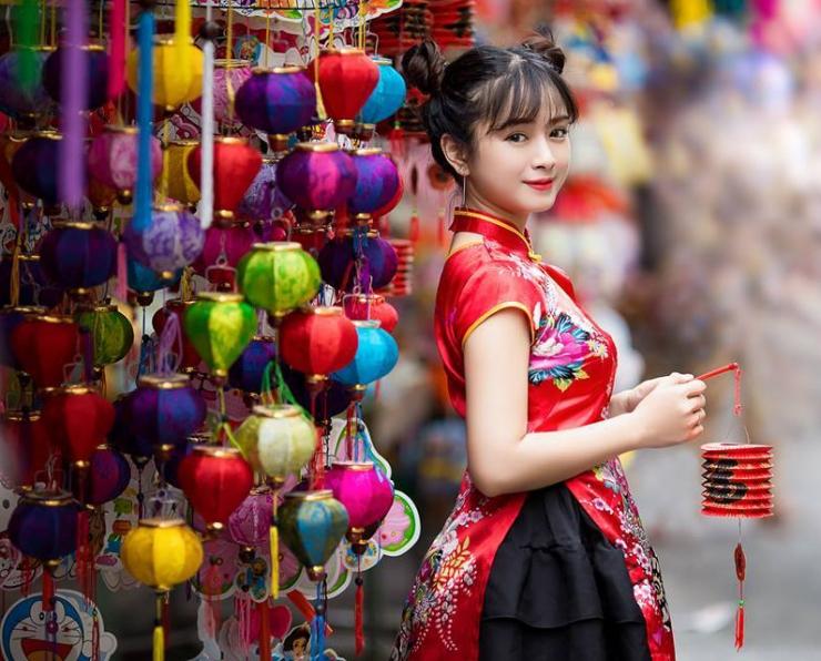 Chụp hình với lồng đèn sắc màu trong phố Lương Nhữ Học