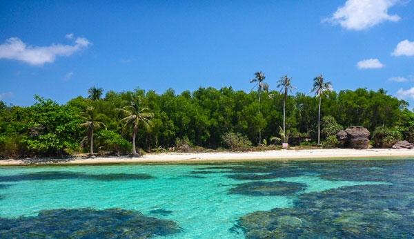 Hòn đảo nhỏ này xinh đẹp như một bức tranh với làn nước trong xanh cùng hàng dừa trải dọc bên bờ biển