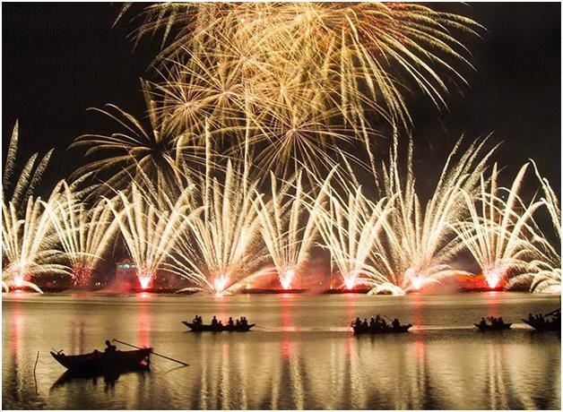 du khách ngồi thuyền trên sông Hàn xem pháo hoa năm 2011
