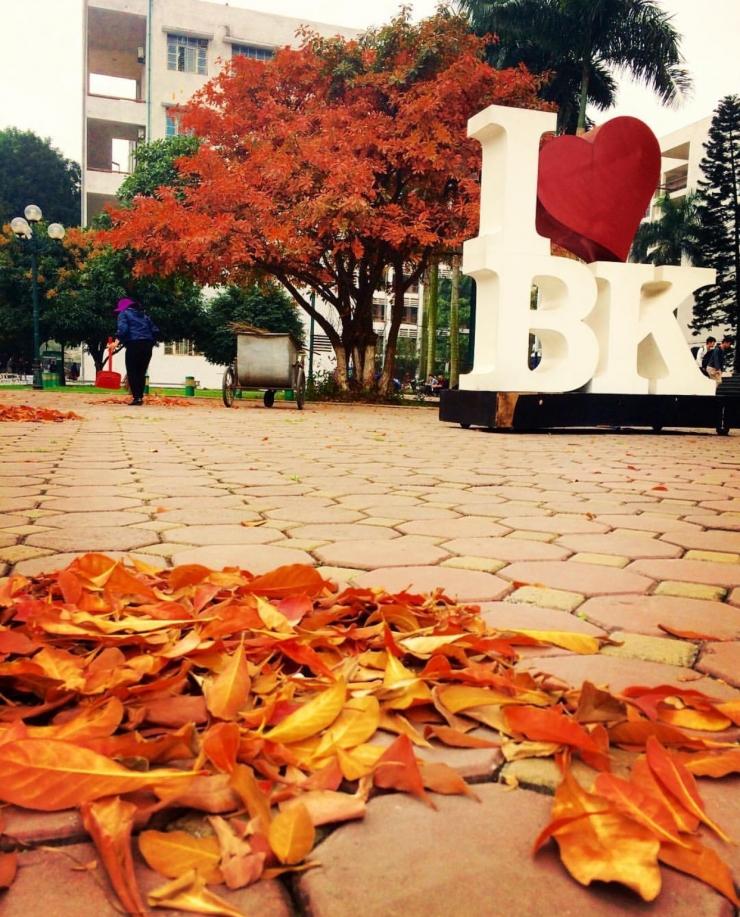 """Cứ ngỡ một """"Công viên tình yêu"""" chủ đề mùa thu nào đó nhưng hoá ra là cổng tên """"Tôi yêu Bách khoa"""". Ảnh @vietnd.98"""