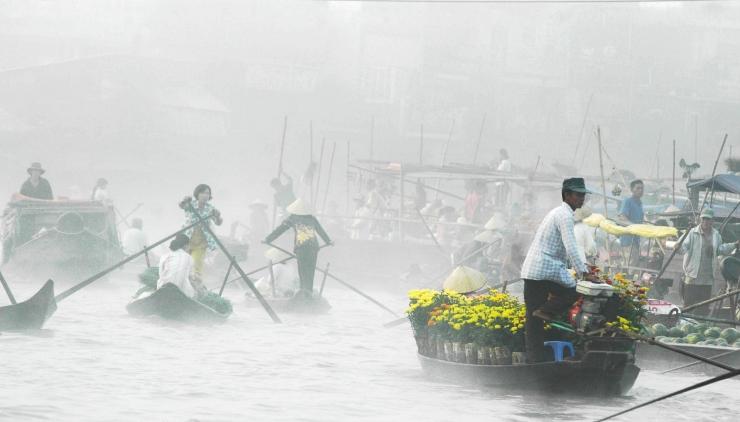 Buổi sớm chợ xuân ngập sương. Ảnh Internet