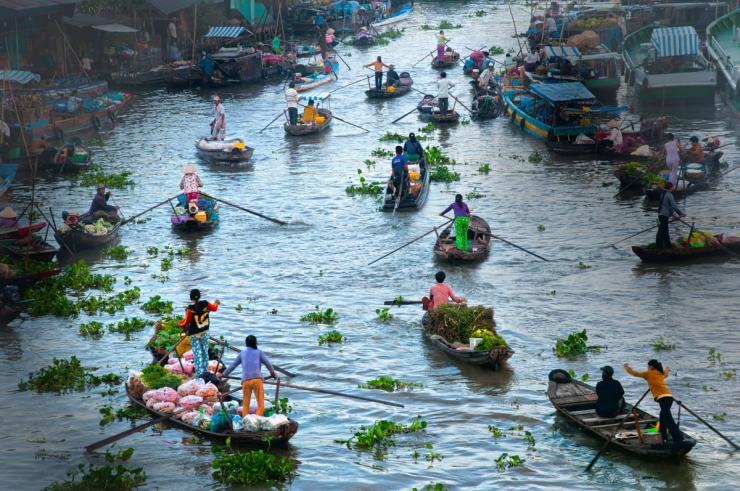 Chợ nổi là một trong những nét tiêu biểu ở miền Tây sông nước.