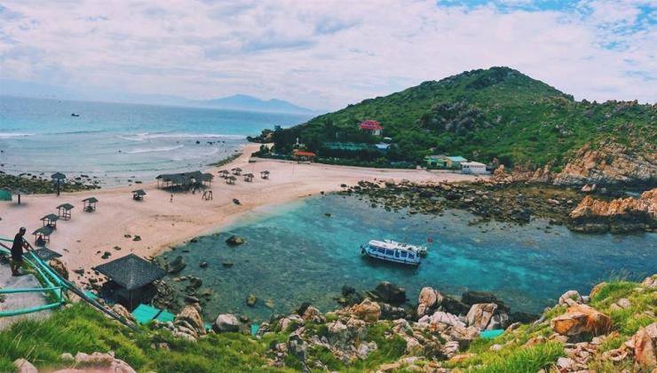 Bãi biển đôi nằm ở phía Tây Hòn Nội