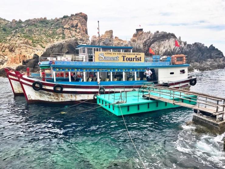 Tàu là loại phương tiện chính để di chuyến ra Hòn Nội