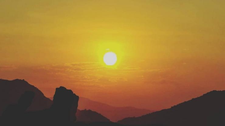 Mặt trời đỏ rực trên đảo Bình Ba