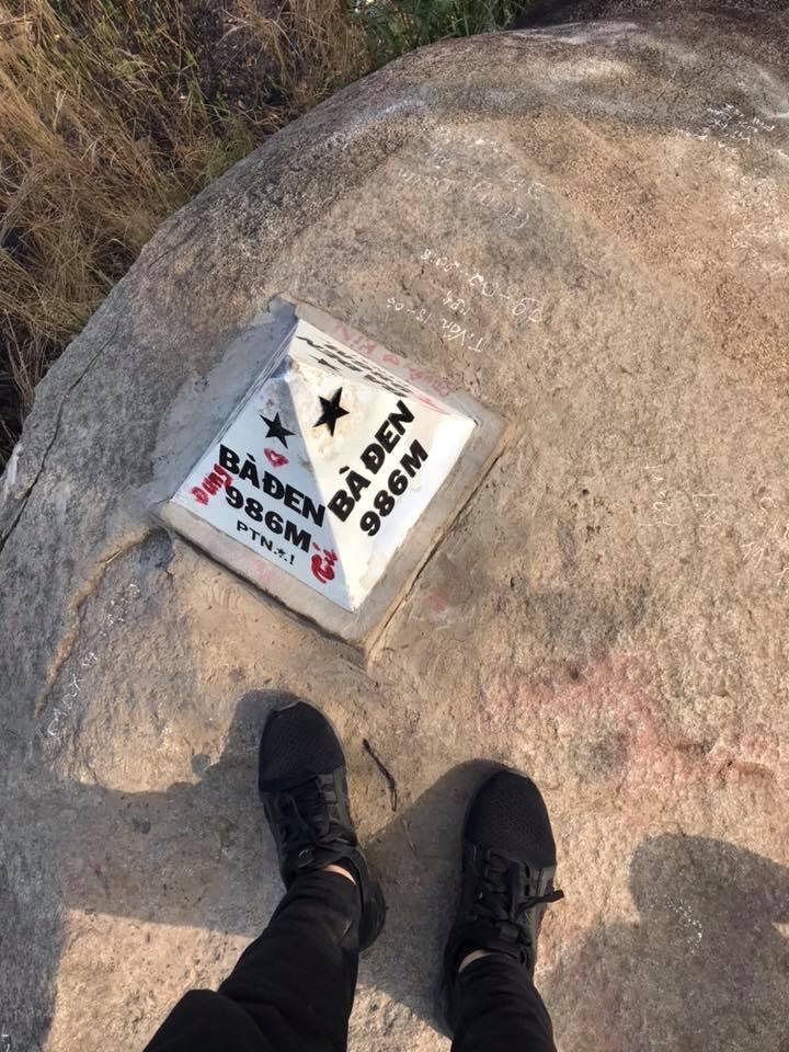 Chứ viết bậy trên đỉnh núi Bà Đen