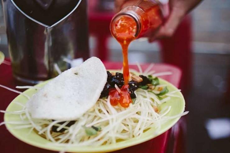 Cách để ăn gỏi bò khô này là trộn tương,mắm ớt, giấm ăn kèm với bánh phồng tôm để món ăn được đậm đà hơn
