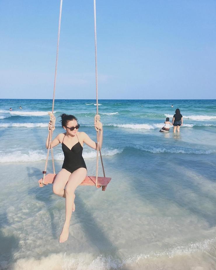 Du khách tắm biển tại Bãi Sao