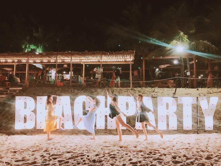 Vui chơi lửa trại tại coco beach