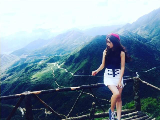 Đứng trên cổng Trời Sapa nhìn xuống khung cảnh núi rừng hùng vĩ