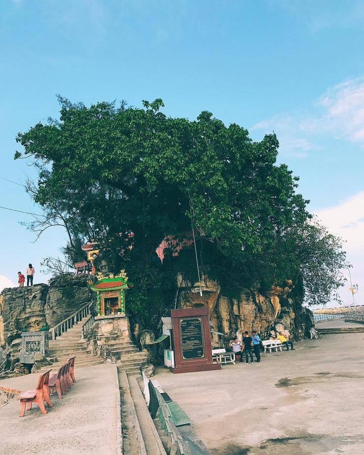 Những tảng đá nhiều hình dáng, ngôi miếu cổ, cây cổ thụ trăm năm tuổi, tầm nhìn rộng ra cảnh biển là điểm nhấn của địa danh này