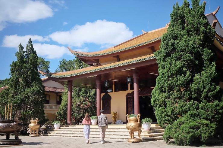 Khách du lịch tham quan tại thiền viện Trúc Lâm
