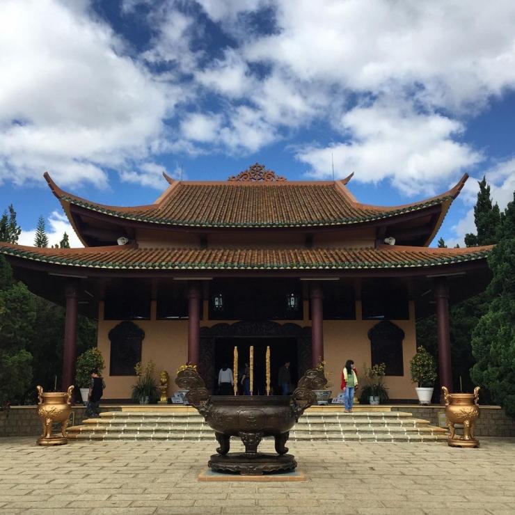 Phía trước chính điện của thiền viện Trúc Lâm