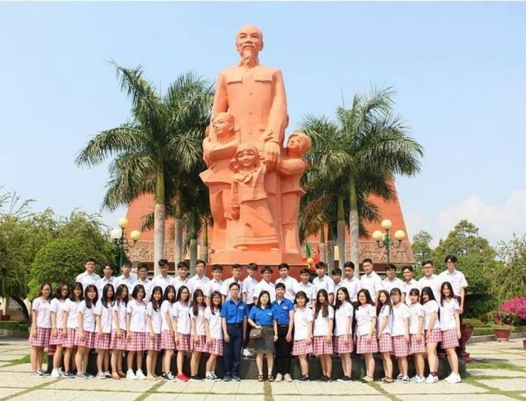 Chụp ảnh lưu niệm tại trường Dục Thanh - Phan Thiết