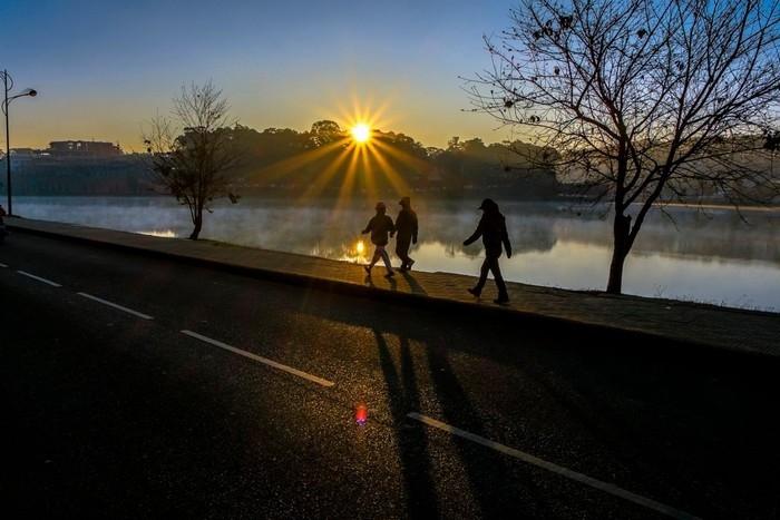 Hồ Xuân Hương sáng sớm