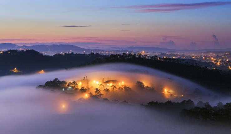 Hoàng hôn tím buông xuống giữa thành phố sương mù mùa thu