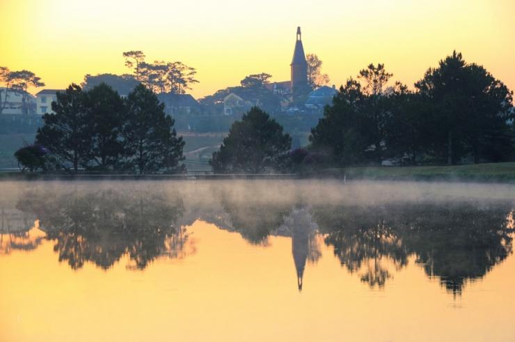 Sương phủ trên mặt hồ phẳng lặng mang lại một cảm giác yên bình, thanh tịnh