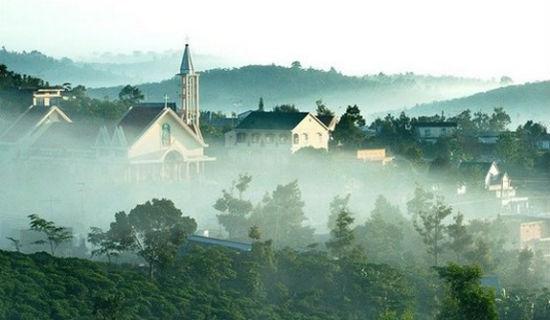 Sương mù bao phủ khắp các triền núi, mái nhà vào buổi sớm mai