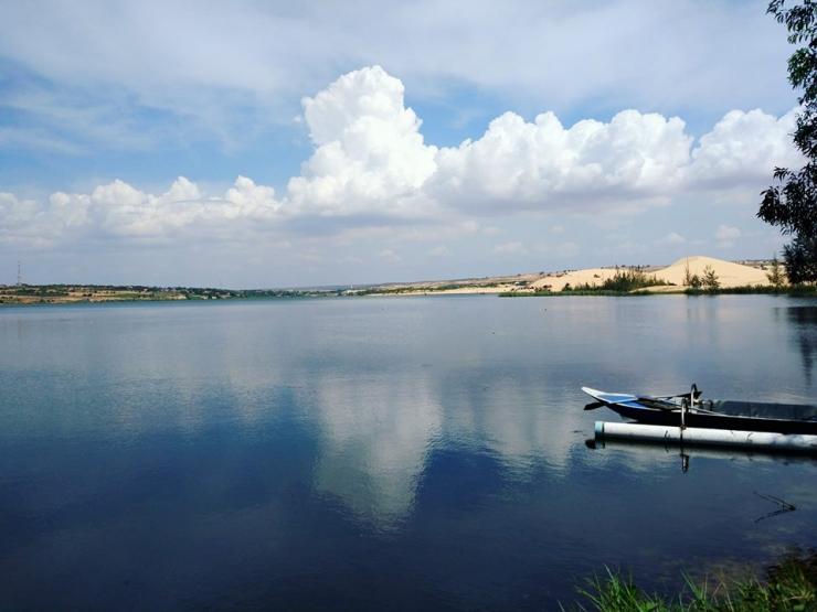 Hồ nước dịu mát miền cát trắng.