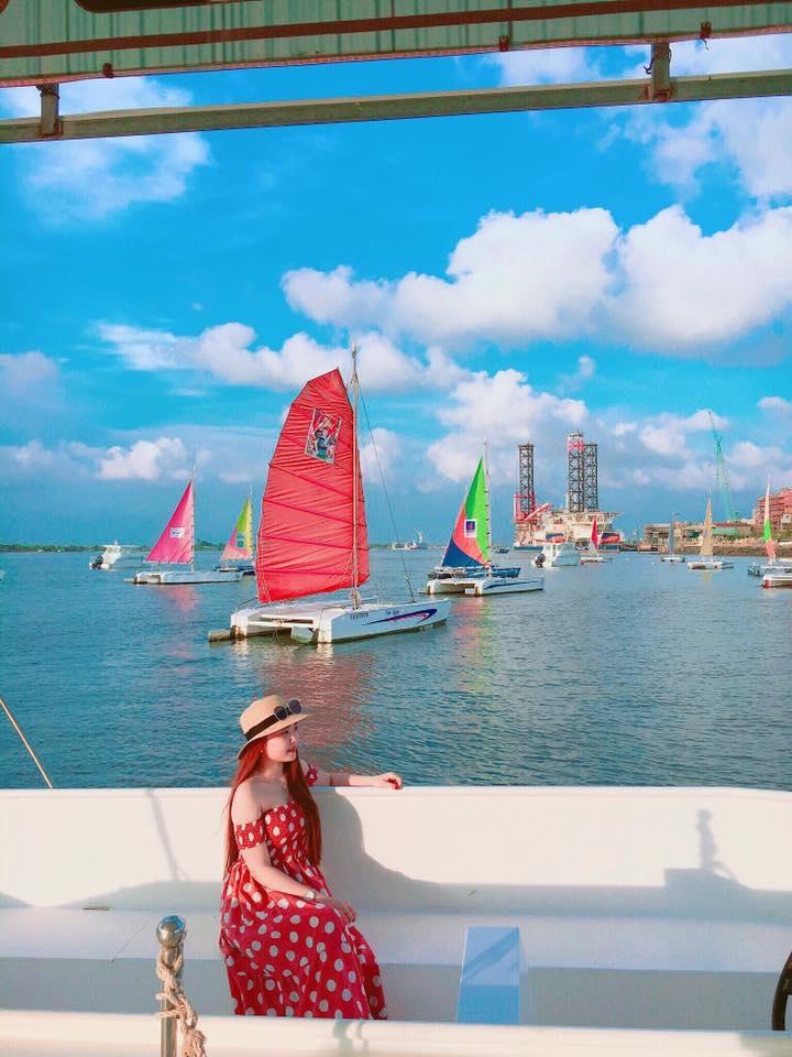 Ngồi trong thuyền nhìn ra ngoài bến du thuyền Marina