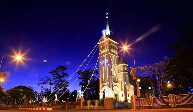 Nhà thờ con gà lung linh dưới ánh đèn trong dịp Giáng sinh