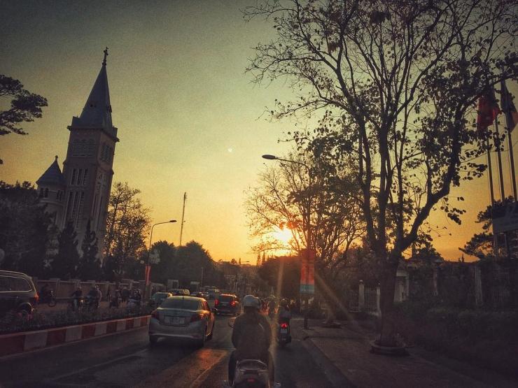 Nhà thờ Con Gà trong nắng chiều tà Đà Lạt