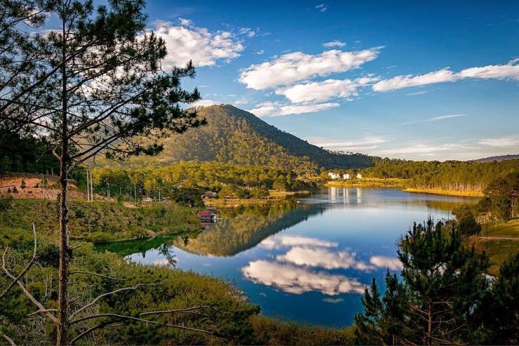 Từ khu nghỉ dưỡng Terracotta Đà Lạt nhìn ra Hồ Tuyền Lâm