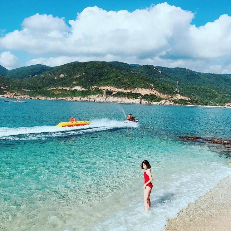 Tắm biển trên đảo Bình Lập