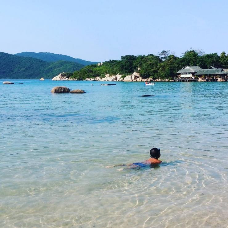 Tắm biển trên đảo Hòn Ông