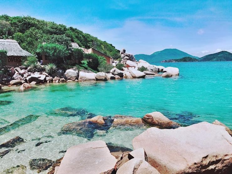 Nước biển ở đảo Hòn Ông trong xanh và có thể nhìn thấy tận đáy
