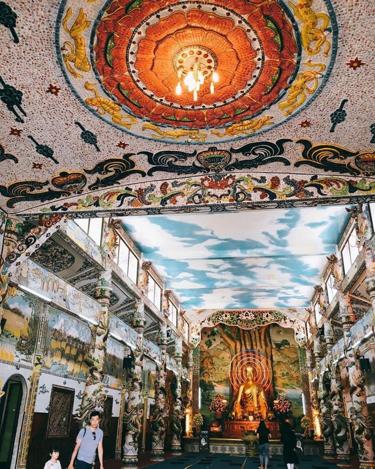 Bên trong chánh điện chùa Linh Phước (chùa Ve Chai)