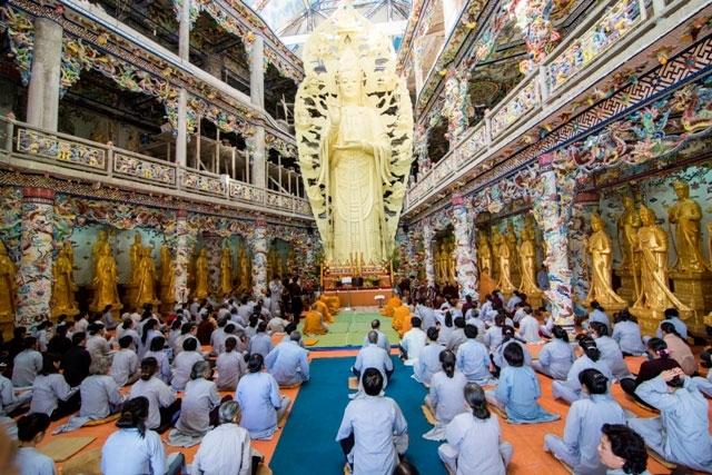 Chùa Linh Phước (chùa Ve Chai) - nơi thu hút nhiều tín đồ Phật giáo