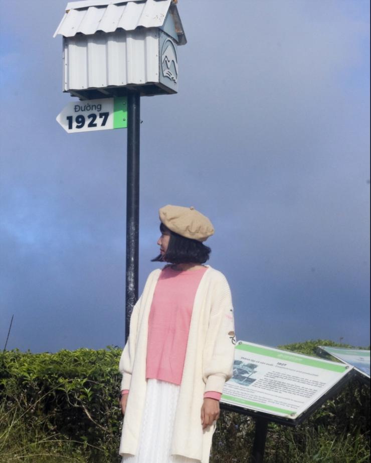 Mỗi con đường đi lên đồi đều có một bảng tên đường