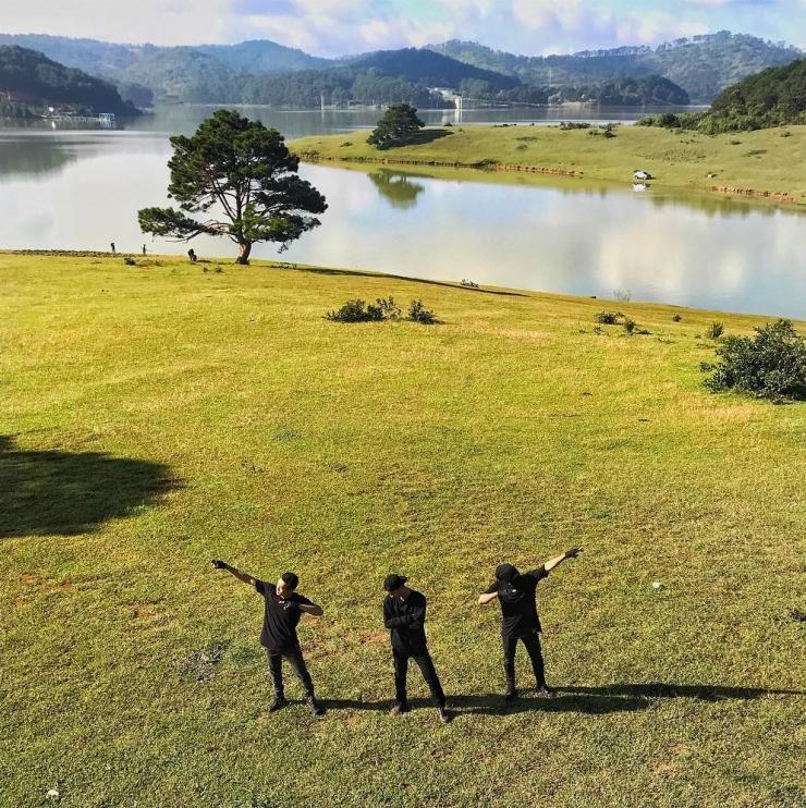 Dòng suối hiền hòa chảy qua mỗi ngày trong Thung Lũng Vàng