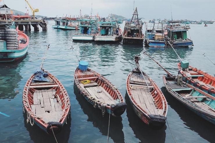 Những chiếc thuyền đậu ở cảng của ngư dân làng chài