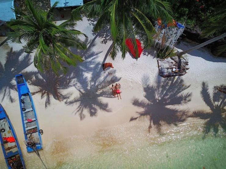 Nhìn từ trên cao bãi biển của hòn đảo nhỏ này trông thật thơ mộng dưới tầm mắt ống kính máy ảnh