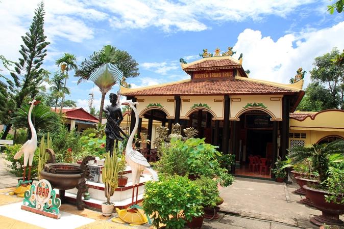Ngôi đình được xây dựng theo kiểu chữ tam, gồm chánh điện, đông lang và tây lang. Trong sân có đặt bức tượng của ông Nguyễn Trung Trực trước chánh điện.