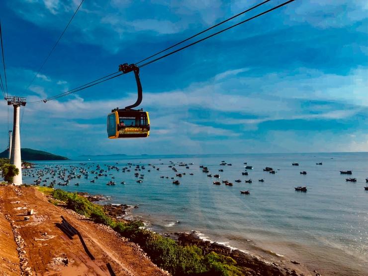 Đường lên hòn Thơm bằng cáp treo với tổng chiều dài hơn 7.899 m, nối từ thị trấn An Thới qua các đảo Hòn Rỏi, Hòn Dừa tới Hòn Thơm