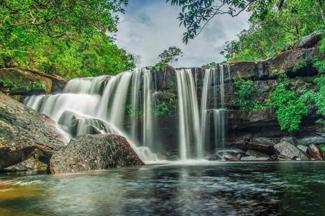 Suối Tranh đẹp nhất là mùa mưa khi thác nước đầy, trắng xóa, mát rượi đổ xuống những tảng đá bằng phẳng phía chân suối