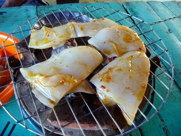 Chế biến hải sản trên đảo Bà Lụa