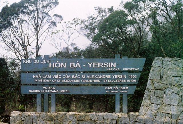Bảng tên khu du lịch Hòn Bà - Yersin